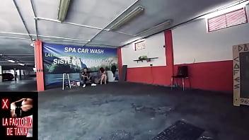 Две обнаженные нудистки оказались в кадр тайного видео