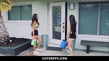 Немка и темнокожая деваха трахаются с работником отеля