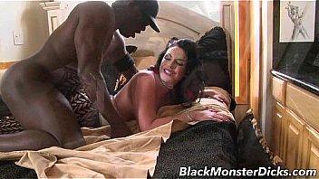 Лесбиянка всовывает обе рученьки во влагалище обмасленной подруги