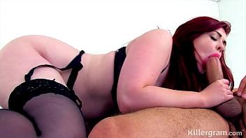 Шлюха-блондинка в черных перчатках лижет манду кучерявой любовницы
