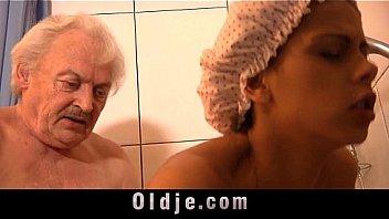 Пышногрудая блондиночка в кепке отсасывает член