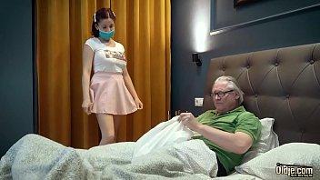 Доктор выебал пациентку с крупными натуральными буферами в задний проход
