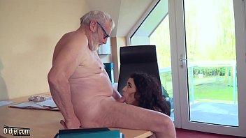 Молодчик имеет трех порнозвезд в влажные пизденки