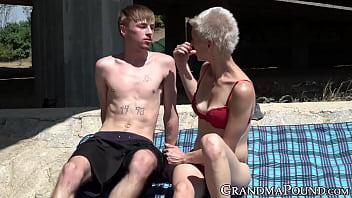 Пара на пляже готовится к порно