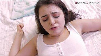 Стройненькие девушки лезбиянки вскоре после тренировки занялись лесбийским трахом