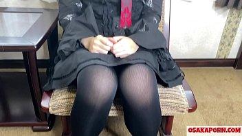 Молодая китаяночка закрылась в толчке и потрогала себя за киску