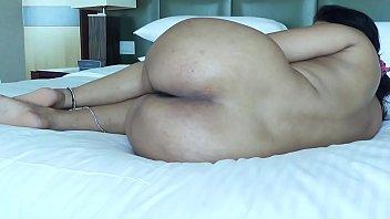 Татуированная зрелая брюнетка с приличный дойкой мастурбирует писю на кровати