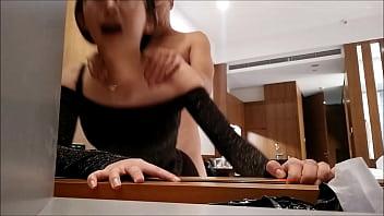 Жопастая молодая брюнетка с волосатым лобком организовала любовнику минет в толчке