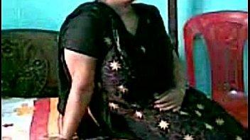 Охальник натягивает на фаллос пизду замужней бабули перед скрытой камерой