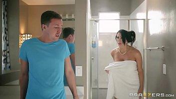 Порно госпожа издевается над стоячим пенисом раба